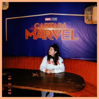 """""""Je n'ai rien à te prouver."""" 👊  Vous connaissez cette citation de Captain Marvel ? J'adore ce film et ce personnage. Cette photo date de 2019 et c'était le week-end du salon Livre Paris. C'était la première fois que je signais au salon avec une Maison d'Édition et j'ai rencontré plein d'auteur‧ices sympas en tant que fan ou pote !  🙄 C'est aussi le début d'une aventure pour moi, ou je me suis posée des questions sur mon statut d'autrice : hybride ? éditée ? autoéditée?  J'en parlais avec certain‧es d'entre vous il y a quelques semaines, j'ai beaucoup bataillé avec ma légitimité. Parfois, j'aimerais être plus comme Carol Danvers : avoir confiance en moi et en mes capacités, et ne me faire marcher sur les pieds par PERSONNE. Et vous savez quoi ? Ce personnage a raison.✨  ➡️ Ma valeur et légitimité en tant que personne et en tant qu'autrice ne dépend pas d'un contrat d'édition, d'une maison ou d'un avis extérieur. La tienne non plus. Je suis auteure. Autrice. Écrivaine. Romancière. Personne ne peut me dire le contraire.  Est-ce que tu te sens légitime dans ta vie d'auteur‧ice ? De lecteur‧ice, ou autre ?🧡  #gangdeplumes #légitimité #ecrivain #écrivain #autrice #bookstagramfrance #livrestagram  #instalivres  #ecriture #ecriturecreative #lectrice #ecrireunlivre #wattpadfrance  #viedauteur #bloglitteraire #autoedition #ecrireunroman #passionlivres #nanowrimo #atelierdecriture #ecrirepourexister #ecrivainenherbe #auteurindependant #autoedition #auteurentrepreneur #devenirecrivain #auteurindependant  #auteurentrepreneur #routineecriture #jecrismonroman"""