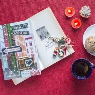 Dash & Lily 🎄 Quoi de mieux que de se plonger dans un livre de Noël pour accueillir le mois de décembre qui pointe le bout de son nez? 🎅 🎁 Il y a quelques jours j'ai craqué sur la série Netflix qui est un vrai bonbon. Je vous la conseille à 100 %! (J'ai écrit un article à ce sujet, lien dans la bio! ) Ensuite j'ai appris que la saison 1 était tirée du premier livre du même nom mais qu'il existait deux tomes supplémentaires. Est-ce que vous avez lu la trilogie? regardé la série? J'ai besoin de vos conseils : quels sont vos livres et téléfilms de Noël préférés? J'ai envie de me mettre dans l'ambiance dès la semaine prochaine. ☃️ 📸Pinterest, worldrevel #dashandlily #dashandlilysbookofdare #netflix #christmasromcom #romcom #christmas #livredenoel #noel #winter #december #xmas #bookstagrammer #lecture #bookstagramfrance #aesthetic #bookaddiction #lectureaddict #litteraturefrancaise #bookboyfriend #bookaholic #lecturedumoment #rachelcohn #davidlevithan