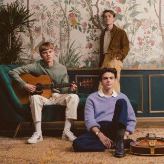 Musique 🎶 Ça fait un moment que je ne vous ai pas partagé mes inspirations musicales ! Certains groupes ont été essentiels pour la rédaction de #CoffeeFirst ! (je suis toujours en train de retravailler le manuscrit)📚 🎧Du coup aujourd'hui, je vais vous parler de New Hope Club, un trio britannique que j'ai connu grâce aux Vamps, dont ils ont été la première partie quelques temps. Ils ont aussi le même management! J'aime beaucoup le style de Blake, George et Reece et leur musique m'accompagne en voiture comme dans mon bain ! Leurs ballades sont toutes douces et j'adore leurs nouvelles inspirations vintage.✨ Vous connaissez ? #newhopeclub #NHC #inspiration #musique #music #playlist #band #tour #concert #aesthetic #ontour #bookstagram #bookstagramfrance