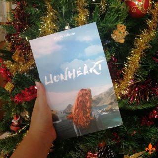 CONCOURS DE NOËL 🎁 EDIT : félicitations à @jennie_brnl 🥳 🎄Que dites-vous de remporter un exemplaire grand format de Lionheart ? Le livre sera dédicacé avec des petits goodies. Pour recevoir Angel et Nael sous le sapin cette année, rien de plus simple. Il suffit de : 1- Me suivre sur Insta et/ou Facebook 2- Inviter au moins un-e ami-e en commentaire 3- Partager la publication en story en m'identifiant (ou en m'envoyant une photo si vous êtes en privé) 4- +1 chance si vous êtes inscrits à la newsletter (en plus vous recevez des cadeaux!) ❄️Fin du concours le 19/12 à minuit. Tirage au sort le 20/12. Concours ouvert à la France, la Belgique et la Suisse. ☃️Le concours est ouvert sur Instagram et Facebook. Aucune des deux entreprises n'est affiliée. Une participation par personne. 🎅PAS DE COMPTE CONCOURS ! ⚠️ Bonne chance ☘️ #maevacatalano #maevaecrit #angelheart #lionheart #angelcoeurdelion #naelluckin #instalivre #instalecture #bloglitteraire #lectureaddict #bookstagrammer #lecture #bookstagramfrance #bookaddiction #lectureaddict #litteraturefrancaise #concours #concourslivre #bookgiveaway #giveaway #concourslivresque #concoursinstagram #concoursinsta #concourslivres #livreagagner #instagram #tirageausortdedicace #gratuit #tirageausort