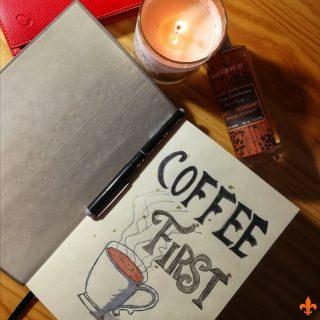 Terminé! ✔️ ☕J'ai écrit la dernière ligne du projet #CoffeeFirst hier soir. C'est un point final qui veut dire beaucoup pour moi. Pourquoi? Je viens de réaliser que je n'avais pas fini un livre 2015. 5 ans. Entre temps bien sûr, deux de mes romans ont été édités en 2018, j'en ai également auto-édité un autre. J'ai commencé des projets inachevés, j'ai écrit des nouvelles, deux mémoires de master, j'ai participé à des concours... mais je n'avais pas écrit l'histoire de nouveaux personnages de bout en bout depuis plus de 1825 jours. C'est beaucoup. 🤔Alors, qu'est-ce qui va se passer maintenant? D'abord, une pause bien méritée après ce marathon. En l'espace d'un mois (et un débordement d'une petite semaine) j'ai écrit 34 chapitres, soit 100 000 mots. Je vais laisser Flo et Ben de côté pendant une à deux semaines avant de passer à la correction. Ensuite: -Je relirai le roman d'un traite, comme une lectrice. Je vais ainsi pouvoir déceler tous les problèmes de cohérence, les passages trop lents ou au contraire qui mériteraient d'être approfondis. -Je commencerai la correction (plan, orthographe etc.) -Je présenterai enfin le projet à quelques béta-lecteurs-ices. -Je reprendrai le roman après leurs retours. -Et puis, si tout se passe bien, le manuscrit passera par un envoi à des maisons d'éditions... En attendant, je vais continuer de vous poster des extraits, et je vous prépare quelques surprises sur mon site et sur la page pour la fin d'année. Je vais profiter de ma pause pour préparer mon nouveau projet et vous poster le plus possible de contenu. ✨ #maevacatalano #maevaecrit #instalivre #instalecture #bloglitteraire #lectureaddict #autoedition #bookstagrammer #lecture #bookstagramfrance #aesthetic #bookaddiction #lectureaddict #litteraturefrancaise #bookboyfriend #bookaholic #lecturedumoment #citation #roman #autrice #auteure #manuscrit #novel